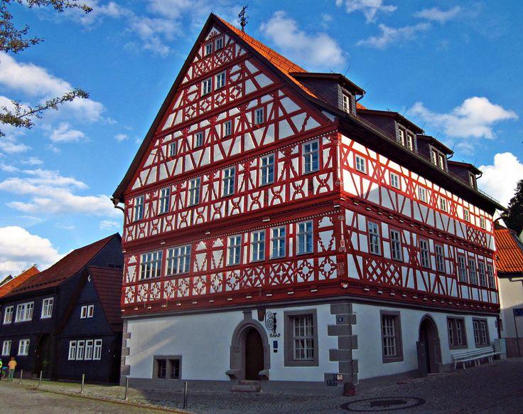 https://flic.kr/p/oVcQbK | Rathaus Suhl-Heinrichs | Der Fachwerkbau im hennebergischen Stil mit Schaugiebel wurde 1657 aufgerichtet.  -  Town Hall of Suhl-Heinrichs/Thuringia/Germany; built in 1657