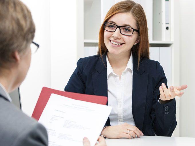 Si quieres la chamba de tu vida por nada del mundo hagas estas 8 preguntas, pero, tambiénte decimos qué preguntas SÍ debes hacer... (¡Suerte en esa entrevista!)Las 8 frases que debes evitar1. ¿A qué se dedica esta empresa?Un candidato no puede tener una entrevista de trabajo sin saber del negocio de la empresa a donde va.2. Trabajo muy duro