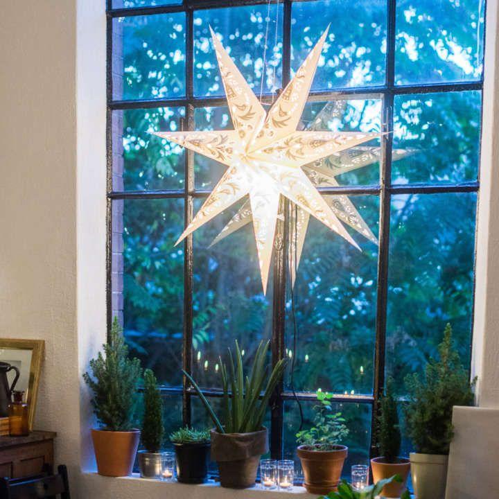Le grandi finestre dell'open space lasciano entrare tanta luce durante i preparativi e permettono di diffondere l'atmosfera di festa anche all'esterno quando cala il buio.