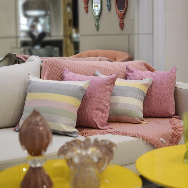 Bom dia!☀️Olha que lindo esse ambiente que montamos em nossa loja! 😍❤️Um ambiente moderno e conceituado possui detalhes em cores e formas para combinar com todos os elementos! 😍 A composição é feita com as cores candy deixa tudo mais moderno e charmoso! 😉O sofá neutro ganha vida com a manta Buddemeyer e as almofadas em tons de rosa e estampa listrada! 😍❤️No centro a mesa chama atenção por sua cor forte e marcante!✨😉 - 👉 Em sua primeira compra na nossa Loja Virtual, utilize o…