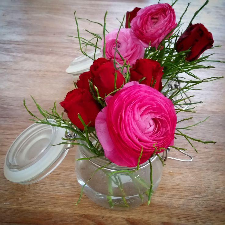 Söta bordsdekorationer #ranunkel #ros #bordsdekorationer #glasburk #bröllopsblommor