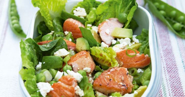 En frisk og fyldig salat, der er nem at lave. Sammen med godt groft brød udgør den et fuldgyldigt aftensmåltid. Slut evt. af med et stykke frisk frugt.