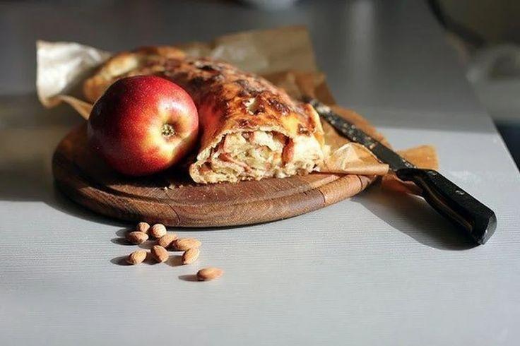 Яблочный штрудель с миндалем и изюмом | Школа шеф-повара