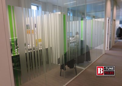 Streepjescode motief gecombineerd met groene transparant gekleurde folie. Dit in dezelfde huisstijl kleur als het bedrijf heeft.