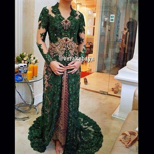 Fitting…💚💚💚 #kebaya #resepsi #weddingdress #weddinginspiration #lace #swarovskicrystals #beads #bride #pengantin #songket #verakebaya 💚💚💚 (di Rumah Kebaya Vera Anggraini)