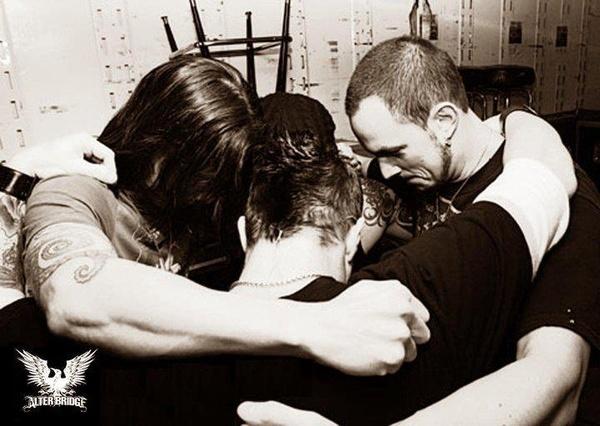 Alter Bridge, praying before their show