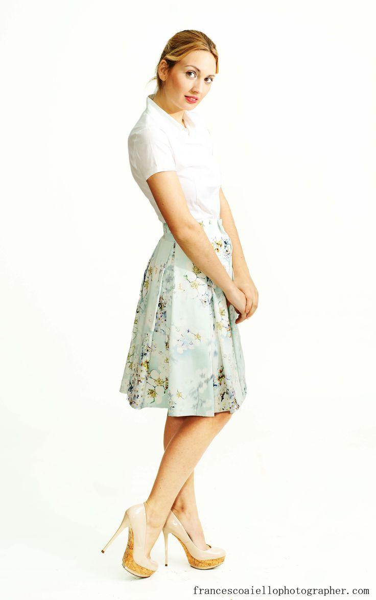 Siente la primavera con esta falda de tablas de estampado floral con elegantes tablas. Con el largo ideal para tu día a día y la textura perfecta. 120€