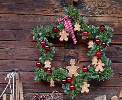 Eine wunderschöne Dekoration zu Weihnachten oder auch ein hübsches Geschenk für alle Deko-Queens: der selbst gemachte Kranz in Sternform!In unserer Vorlage...