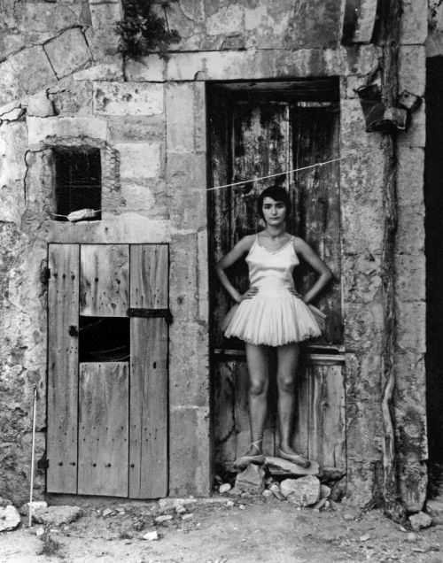 fotojournalismus:  Danseuse à la porte, Arles, 1955. Photo by Lucien Clergue (via mpdrolet)
