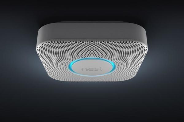 Смарт-детектор Nest Protect   В большинстве домов в США установлены детекторы дыма и угарного газа. Тем не менее, компания Nest нашла способ сделать это устройство еще более умным. Обычный датчик просто подает сигнал, когда обнаруживает проблему. Nest Protect также отсылает предупреждение на смартфон хозяина дома. Гаджет определяет перемещение человека в темноте. Если хозяин встает посреди ночи, Nest Protect начинает светиться тусклым светом, чтобы человек не споткнулся в темноте. Наконец…