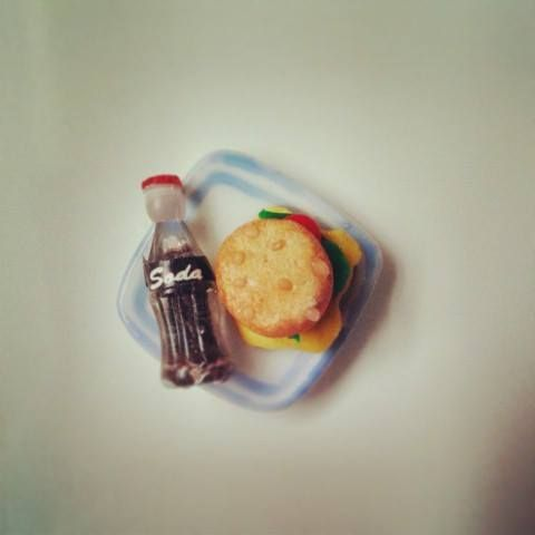 Imán de nevera con refresco y hamburguesa de Red Lolly, muy retro. Hecho y pintado a mano