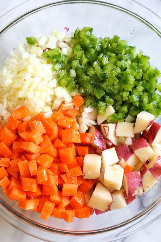 Papas caseras para el desayuno hechas con papas rojas, cebolla, pimiento y zanahoria …   – Sounds good enough to eat…