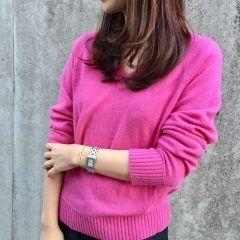 この季節ってどういう服を着て仕事に行こうか迷うよね そんな時はスラックスとニットの組み合わせがおすすめ ピンクのニットとスラックスを組み合わせればかわいいしきっちり感も出せるよ( デニムと組み合わせれば休日コーデにもなるから便利だよ