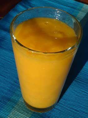 MANGOVÉ SMOOTHIE 3x (1: šťava z pomarančov, mango; 2: mandľové mlieko, mango, ďatle; 3: mango, špenát, šťava z pomarančov / mandľové mlieko)