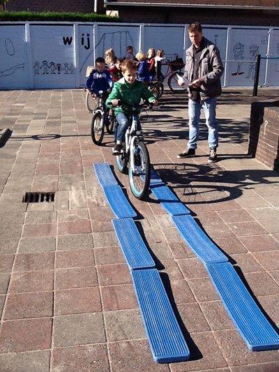 verkeerscircuit Met behulp van ouders oefenen de kinderen op het schoolplein