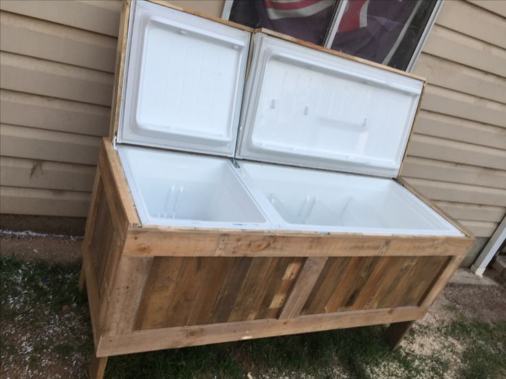 My old fridge turned into a esky.. out of recycled pallets..