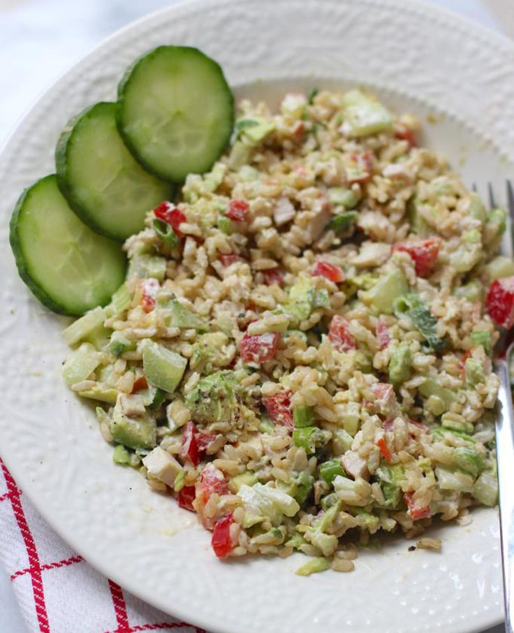 Om in de sfeer van de maaltijdsalades te blijven, laten we vandaag zien hoe je een lekkere maaltijdsalade met rijst kunt maken. Om de salade nog wat gezonder te maken gebruiken we zilvervliesrijst. Recept voor 1 persoon Tijd: 15 min.…