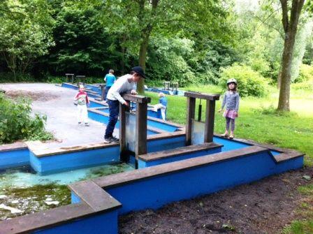 Gaasperpark Amsterdam: voor de kinderen is er een waterspeelplaats. Hier kunnen de kinderen op en in het water met speeltoestellen spelen. Er is een keiensloot, kabelbaan en een sluisjescomplex waarmee hele watervallen worden gemaakt.