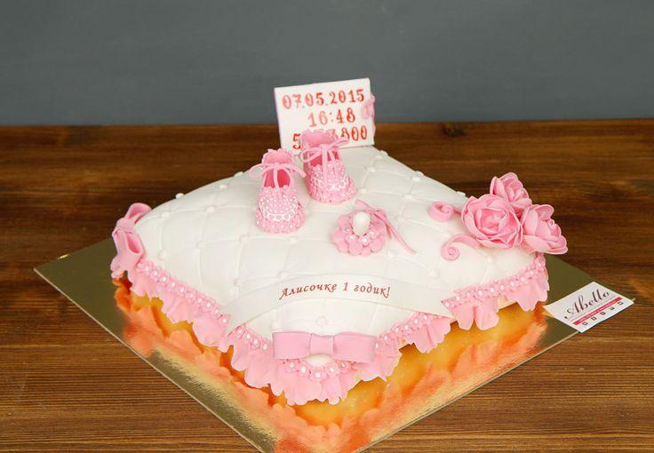 """Детский торт """"Расти большой""""  Вашему малышу исполняется годик? Предлагаем отличный тортик с нежными пинетками и с самыми важными числами для мамы и папы. Обязательно сфотографируйте этот торт, ведь когда Ваш малыш подрастёт, то увидит, какую красоту Вы ему подарили на первый годик жизни! А если маленький именинник мальчик, то тортик можно оформить в голубых тонах😊  С удовольствием изготовим, а если пожелаете то и доставим, #детскийторт от 2-х кг всего за 2350₽/кг 😉  Специалисты #Абелло…"""