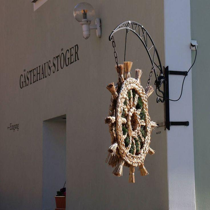 Ausgesteckt czyli otwarte. Wiele karczm (Heurige) otwieranych jest tylko na krótki czas. Gdy tak się dzieje jako znak otwarcia wiesza się najczęściej słomę plecioną. Wcześniej  wystawiało (ausgesteckt) snop.  #österreich #austria #Dunaj #igersaustria #igersvienna #visitaustria #nofilter #travel #travelpic #travelporn #niederösterreich #nö #ausgesteckt
