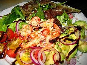 Раковый салат с авокадо, томатами и красным луком