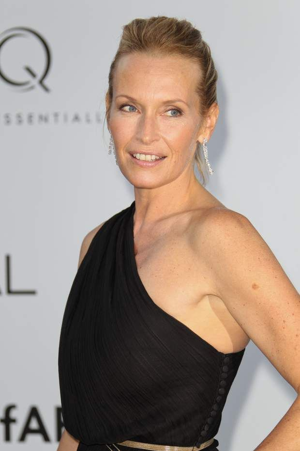 2015 : make-up light, cheveux relevés, toujours chicANTIBES, FRANCE - MAY 24: Estelle Lefebure arrives at amfAR's Cinema Against AIDS at Hotel Du Cap on May 24, 2012 in Antibes, France. (Photo by Tony Barson/FilmMagic)