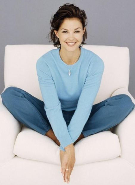 Ashley Judd has one of the nicest smiles I've ever seen. I would totally date this women even though she order
