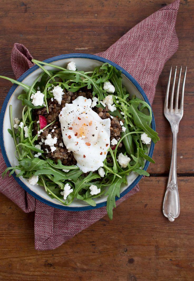 Fruchtiger Linsensalat mit pochiertem Ei Zutaten Für den Salat 1 Tasse à 200ml Linsen, ungekocht, wenn möglich über Nacht eingeweicht 2 Knoblauchzehen 2 Lorbeerblätter 4-5 getrocknete Tomaten 3-4 getrocknete Aprikosen 4 Radieschen 6 Oliven 1 Apfel 2 gute Handvoll Rucola 100g Ziegenfrischkäse* 3-4 Eier (1 Ei pro Person)* Für das Dressing: Saft einer Orange 3 EL Balsamico 3 EL Olivenöl 1 TL Senf 1 TL Honig oder Ahornsirup Salz & Pfeffer