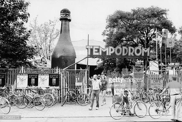 BERLIN im Tiergarten ab den 80er Jahren - Eingang des 'Tempodrom' in den Zelten - war ein genialer Veranstaltungsort! Tolle Konzerte, durchtanzte Nächte, große Events teilen (z.B. Fussball-WM 1986) :-)