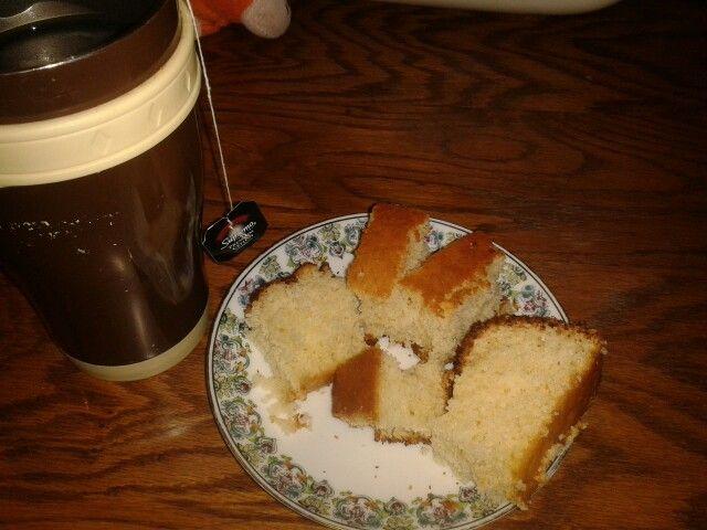 Un rico con té junto a un exquisito queque limon :3