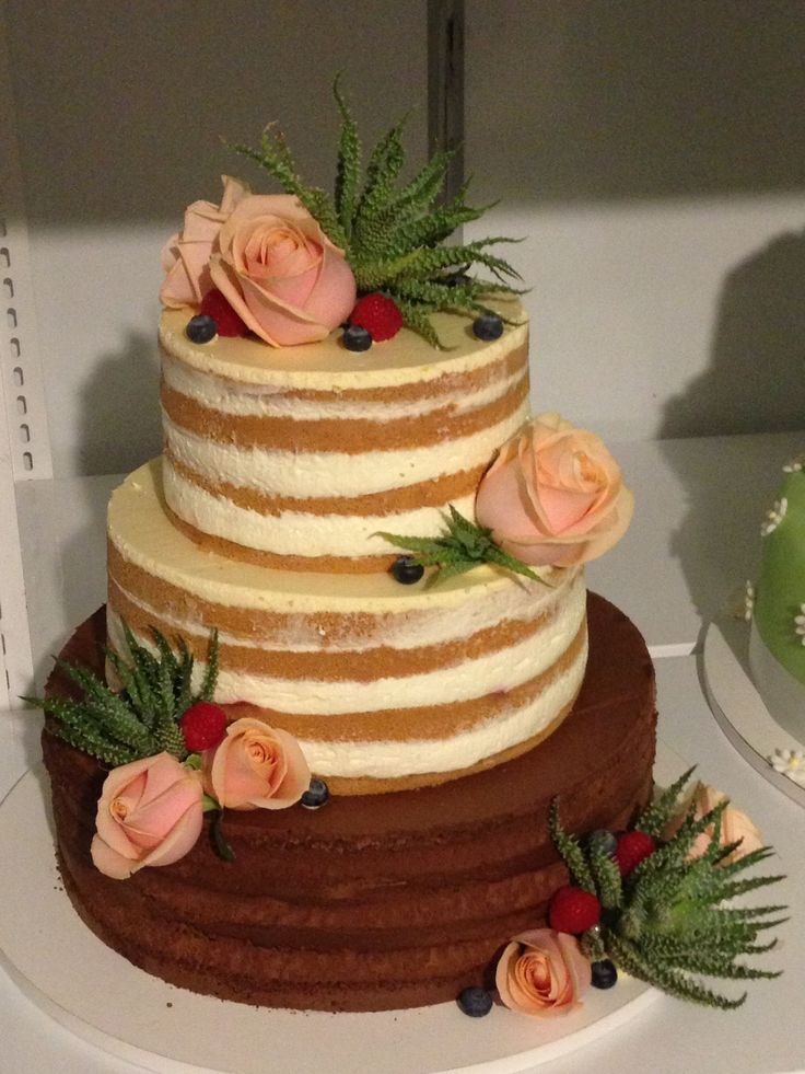 Netradiční třípatrový naked cake, dozdoben živými květy a sukulenty.