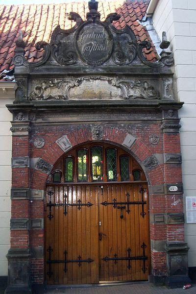 The Pepergasthuis is a courtyard in Groningen. The name is officële Geertruid Hospital, but it has always been known as Pepergasthuis, the name of the street, Pepper Street, which is the courtyard / Het Pepergasthuis is een hofje in Groningen. De officële naam luidt Geertruidsgasthuis, maar het is altijd bekend geweest als Pepergasthuis, naar de naam van de straat, de Peperstraat, waaraan het hofje staat