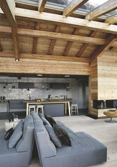 Le salon s'ouvre sur la cuisine et la salle à manger - Confort chic pour maison en bois à la montagne - CôtéMaison.fr