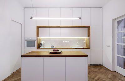 Velké množství úložných prostorů vzniklo také v kuchyni. Jejich uspořádání je vtipnou repeticí stěny skříněk v obývacím pokoji.