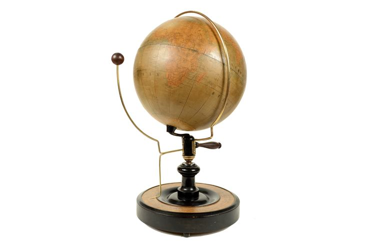 Lunario realizzato da L. Hugl a Vienna nella seconda metà del XIX secolo. Azionando una maniglia posta sotto la Terra è possibile vedere il moto della Luna attorno alla Terra e un indicatore posto sopra la base mostra le varie fasi della Luna.
