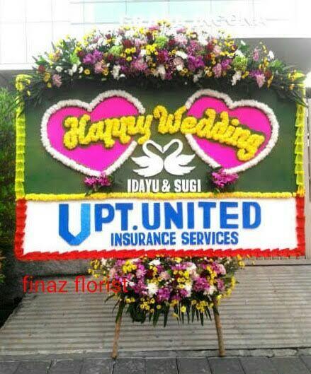 Bunga Papan Pernikahan berukuran 2m x 1,25m ini sederhana. Bunga kepala panjang dan lis biasa / bukan bunga. Mungkin Anda memerlukan type seperti ini, segera hubungi dan pesan ke kami, Toko Bunga Finaz, TOKO BUNGA DI jAKARTA yang cukup dikenal dengan julukan TOKO BUNGA MURAH di Jakarta.