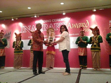"Kental Banget Budaya ""Minang"" di INACRAFT 2016 : Kali ini pameran kerajinan tangan dan usaha kreatif The 18th Jakarta International Handicraft Trade Fair (INACRAFT) 2016 mengusung tema Minangkabau."