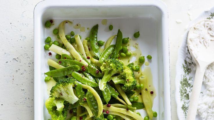 Gelbe Bohnen, Kefen, Broccoli, Erbsen mit Limetten-Butter-Sauce und rosa Pfeffer.