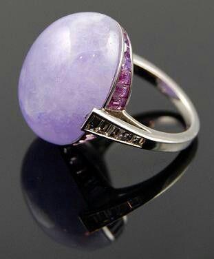 Платиновое кольцо с нежно-лавандовым опалом, бриллиантами и розовыми сапфирами.