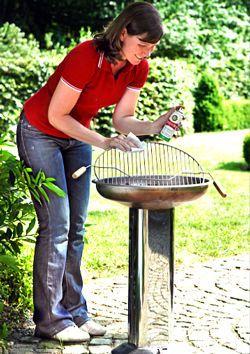 Nach dem Grillen kommt das Putzen. Wir haben Tipps für das Reinigen von Rost & Co.