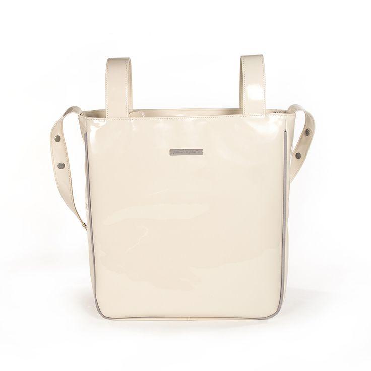 Bolsa panadera o bolso para silla de paseo weed Baby en charol beige con logo de Pasito a pasito. Bolsa para silla de paseo, muy elegante y práctica, para llevar todo lo que necesite tu bebé. Incluye asa larga para colgar en el hombro. Forro interior a tono con bolsillos. Se puede lavar a mano o a máquina a 30º. Los materiales utilizados están libres de colorantes azoicos, ftalatos y sustancias nocivas para la salud. Medidas: 35X35X10 cm. Bolsas de maternidad Pasito a pasito.
