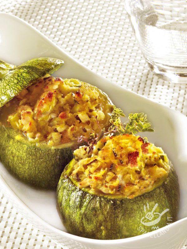 Che profumini si sprigionano dalla teglia quando si cucinano le Zucchine tonde ripiene di patate! Difficile resistere di fronte a tanta bontà!