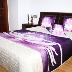 fialová prikrývka na posteľ