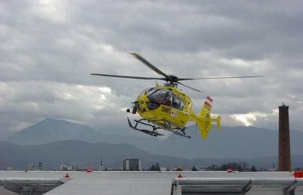 Bersbuch: Lieferwagen gerät auf Gegenfahrbahn - Fahrer (20) per Hubschrauber ins Krankenhaus gebracht