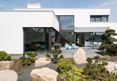 Auf einem Hanggrundstück schuf die Architektin Anna Philipp das Traumhaus einer jungen Familie: eine moderne Flachdachvilla mit formalen Bezügen zum Bauhaus.