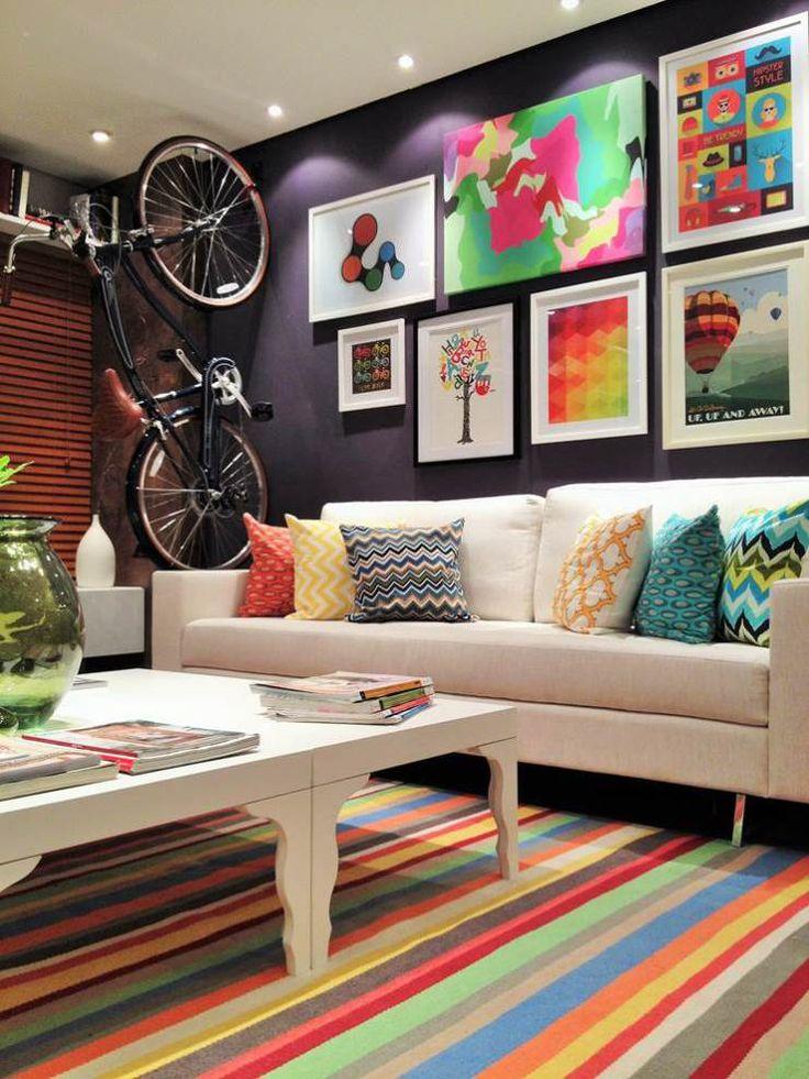 Estilo POP Art na Decoração - Pop Art Style - Estilo POP - Decoração de Casas - Casas Decoradas - #BlogDecostore - Iluminação - Estilo Pop - Sala Colorida - Sala Colorida - Decoração Colorida - Cadeiras - Sofá Branco - Tapete Colorido - Mesa de Centro Branca - Almofadas Coloridas e Estampadas - Tapete Listrado