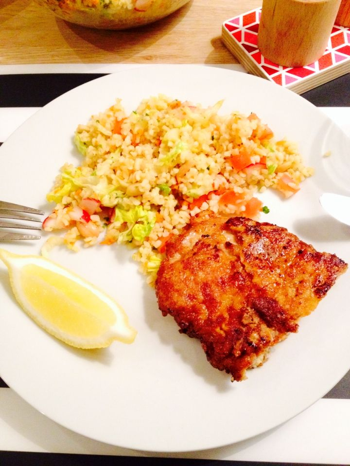 Breaded pork schnitzel with lemon and bulgur salad (bulgur, tomatoes, onion, romaine salad, carrots, radishes, peanuts, parsley, lemon and olive oil).