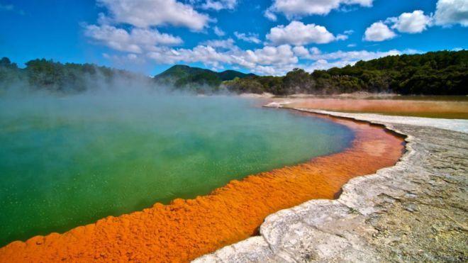Hồ Champagne, New Zealand. Trông giống như bên trong một ly rượu sâm-banh, khí carbon dioxide liên tục nhả bọt trong hồ Champagne. Suối nước nóng được hình thành khoảng 900 năm trước và có nhiệt độ bề mặt khoảng 74 độ C. Ở ven hồ là sắc màu cam rực rỡ với rất nhiều chất silica, asen và antimon sulfur kết tủa. Ở đó, trong các khối đá xung quanh cũng chứa nhiều chất kết tủa thuỷ ngân, thallium, vàng và bạc.