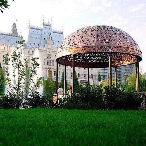 Palatul Culturii (#Palas) din #Iasi este o clădire emblematică, construită în stil neogotic, în perioada 1906 - 1925, în perimetrul fostei Curți Domnești medievale moldovenești, pe locul fostului Palat Domnesc. Mulțumim @bogdanapetrii pentru...