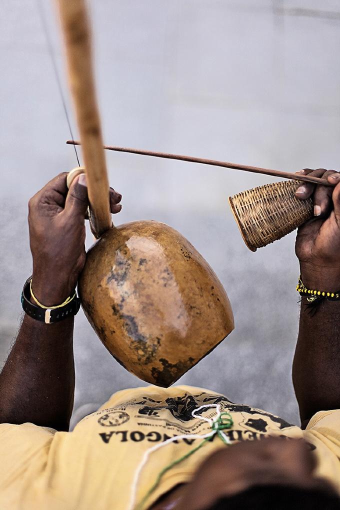 A capoeira possui três estilos que se diferenciam nos movimentos e no ritmo musical de acompanhamento. O estilo mais antigo, criado na época da escravidão, é a capoeira angola. As principais características deste estilo são: ritmo musical lento, golpes jogados mais baixos (próximos ao solo) e muita malícia. O estilo regional, criado por Mestre Bimba, caracteriza-se pela mistura da malícia da capoeira angola com o jogo rápido de movimentos, ao som do berimbau. Os golpes são rápidos e secos…
